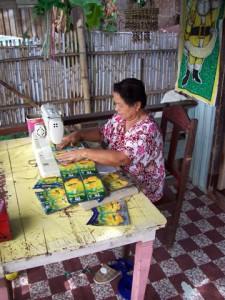 RIBA - Mitarbeiterin Nieves beim Nähen einer Tasche